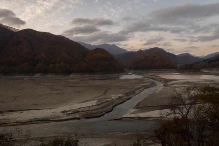 川治温泉の五十里(いかり)ダムで、レアな状況が見られます